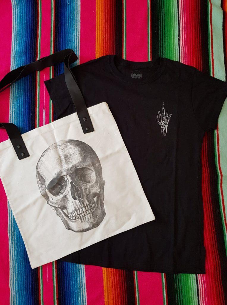 Dieses tolle Set bestehend aus Tasche und Shirt gibt es zum Tag der Toten zu gewinnen.