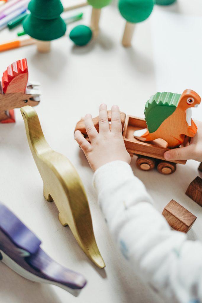 Ein Kind fördert verschiedene Bereiche seiner Entwicklung während dem Spielen.