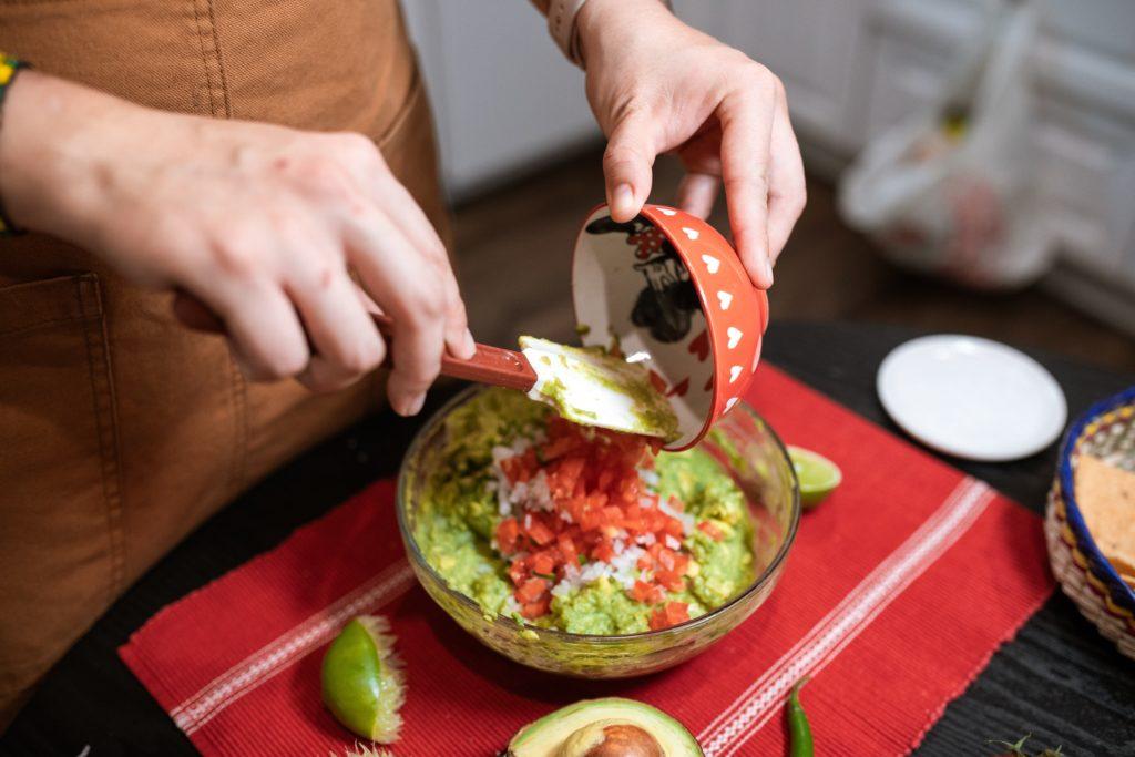 Meine Lieblings-Guacamole enthält Tomaten und Zwiebeln