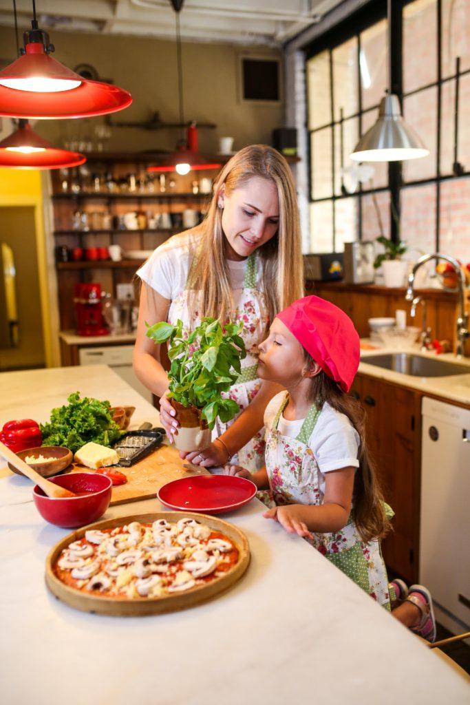 Kinder probieren viel lieber, wenn sie bei der Zubereitung mithelfen dürfen