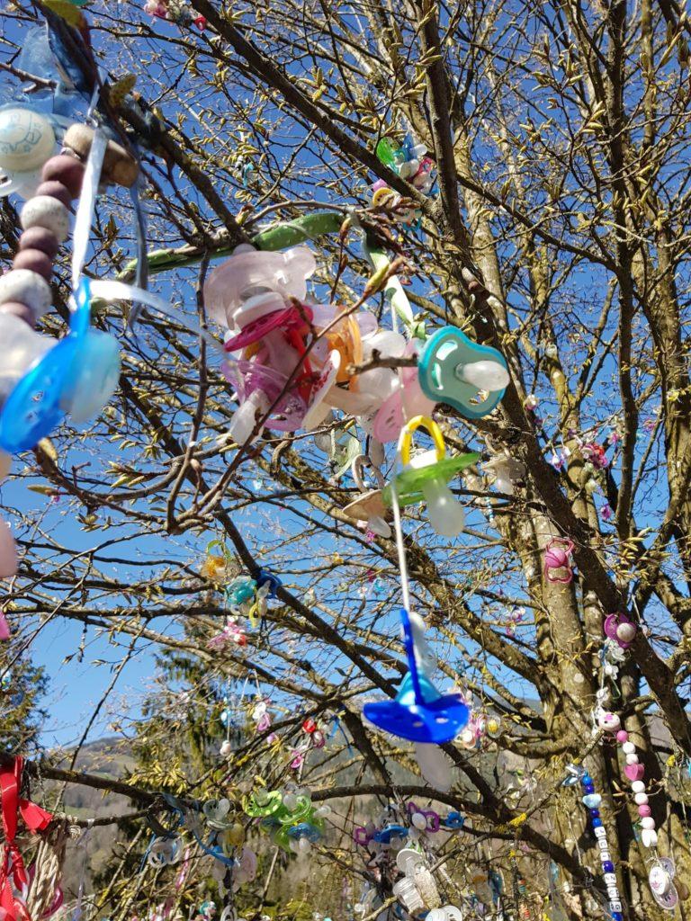 Der Nuggi hängt jetzt am Nuggi-Baum.