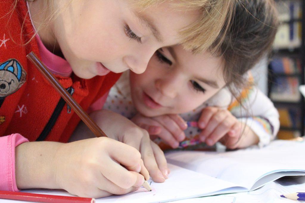 Kinder sind von Natur aus wissbegierig und wollen lernen. Dafür braucht es keine Belohnungen.