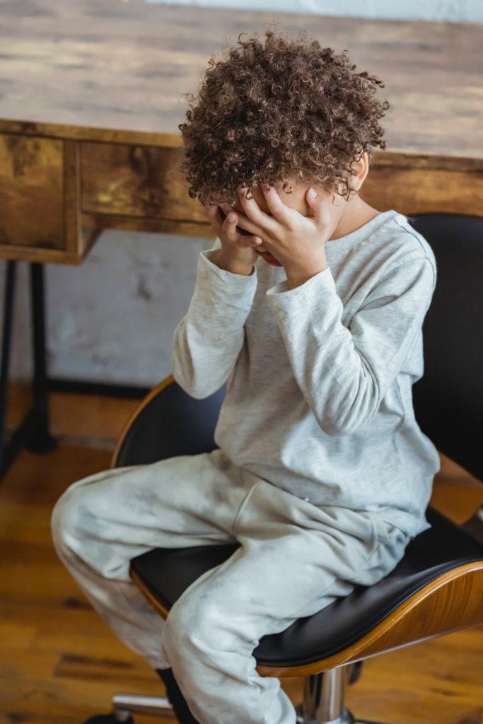 Ein stiller Stuhl kann auch eine Treppe oder ein Hocker sein und dient als Erziehungsmethode.