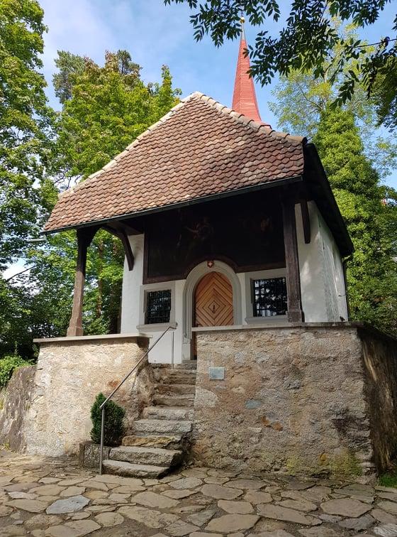 Die Kapelle oberhalb der hohlen Gasse ist der erste Halt auf unserer Wanderung zur Gesslerburg.